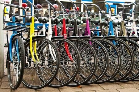 RAM Tweewielers - Geparkeerde kleurrijke fietsen